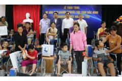 Samsung Electronics Việt Nam tặng 100 xe lăn cho trẻ em và người khuyết tật